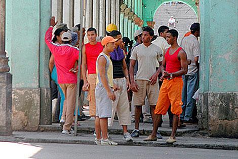 Un grupo de jóvenes en una esquina de La Habana. | Mandalaybus
