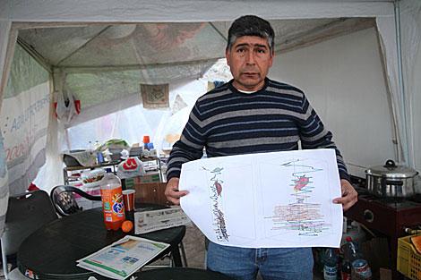 Juan Ramírez, pirquinero jefe, con los planos del Yacimiento San José. | Jorge Barreno