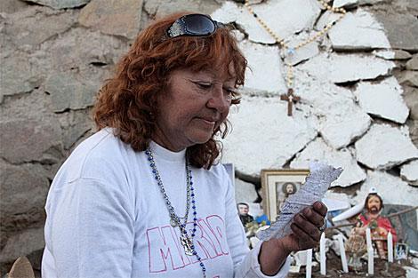 Lliliane con la carta de su marido Mario, atrapado en a mina.   J.B.