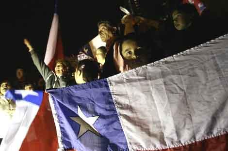 Cientos de chilenos celebran en la calle la buena noticia. | Efe