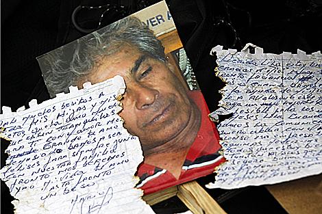 Una carta y foto enviada por un minero a través de una sonda. | Reuters