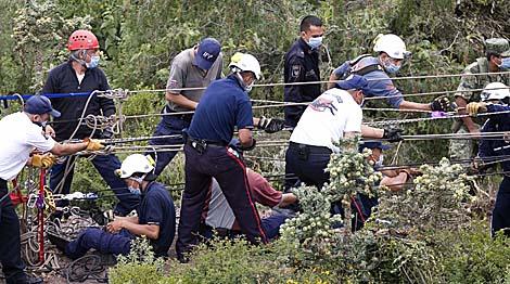 Los bomberos y los peritos continúan la búsqueda de cuerpos en la narcofosa de Hidalgo.   Efe