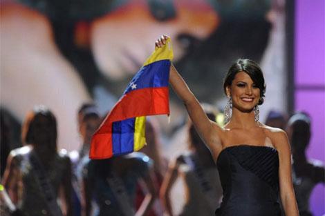 Estefanía Fernández con la bandera. I Efe