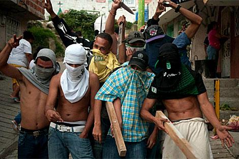 Un grupo de pandilleros celebra la ocupación de un territorio enemigo en Medellín. | EFE