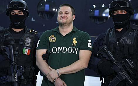 Edar Valdez, alias 'la Brabie', sonriente durante la presentación de su detención a los medios. | Ap