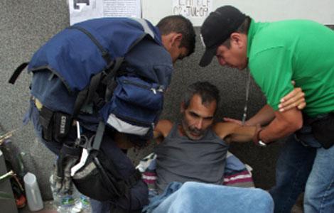 Franklin Brito es ayudado a incorporarse en un momento de su sexta huelga de hambre. | J. L.