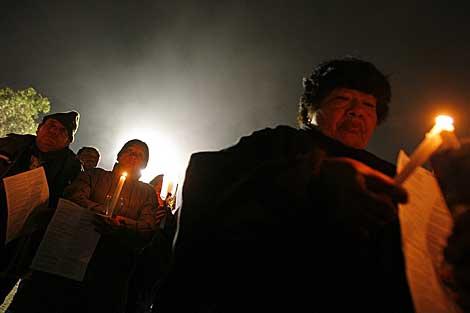 Los familiares de los mineros atrapados participan de una 'velatón'. | Efe