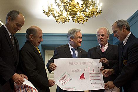 Piñera junto a los supervivientes uruguayos de la tragedia de los andes. | Efe