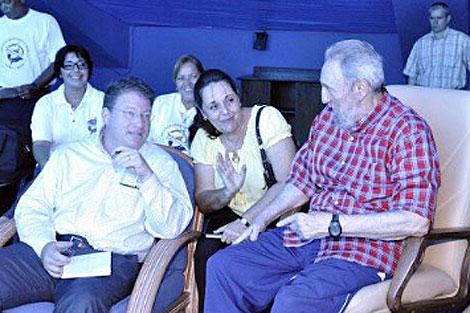 Castro con el autor de la entrevista (izq.) en una visita al acuario de La Habana. | Efe