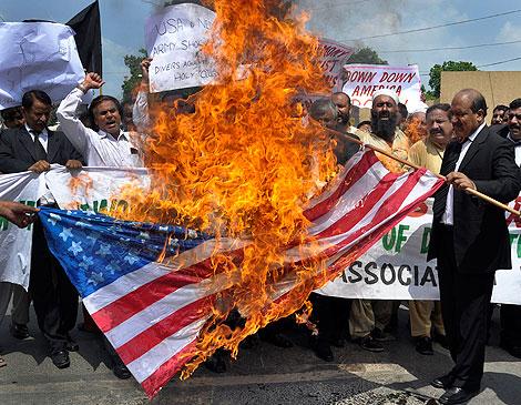 Manifestantes en Pakistán queman una bandera de EEUU.   Reuters