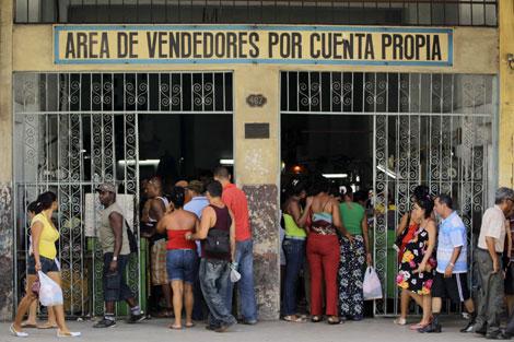 Cubanos acuden al Área de vendedores por cuenta propia. | Reuters