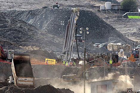 La máquina perforadora Schramm T-130 trabaja en el rescate de los mineros. | Reuters