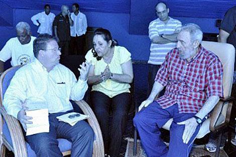 Goldberg junto a Castro durante una visita al acuario de La Habana.   Efe