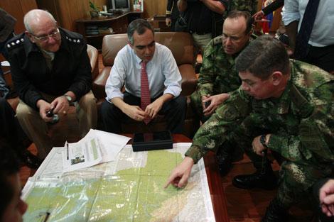 Militares colombianos se reúnen con el ministro de Defensa tras el anuncio de la muerte de 'Briceño'. | AP
