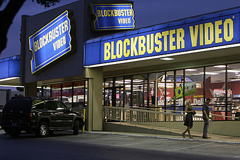 Dos personas frente a un local de Blockbuster en Dallas. | AP