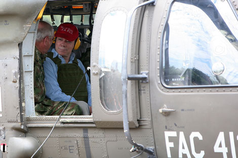 El presidente Santos y el general Cely de visita en La Macarena. | AP