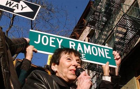 La madre de Joey Ramone en la plaza. I AP