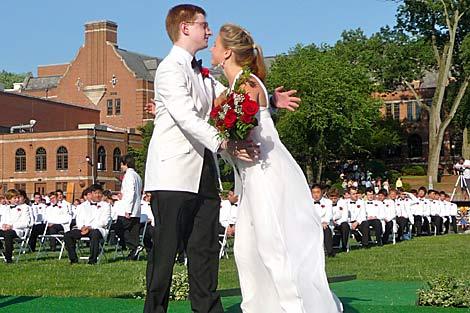 Tyler Clementi abraza a una compañera durante su fiesta de graduación de secundario. | AP