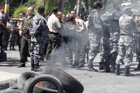Policías protestan frente a los cuarteles generales de la institución.   Reuters