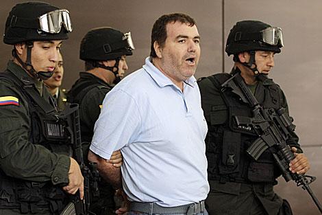 Walid Makled, alias 'El Turco', es escoltado por policías colombianos. | Reuters