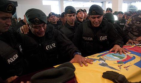 Varios policías lloran ante el féretro de uno de sus compañeros fallecidos, Froilán Jiménez. | Afp