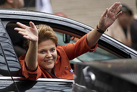 Dilma Rousseff saluda sonriente desde un coche en São Bernardo do Campo. | AP
