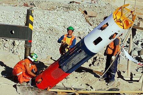 Miembros del rescate prueban las cápsulas que sacarán a los mineros. | Efe