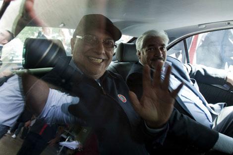 El presidente paraguayo saluda a los periodistas. | Efe