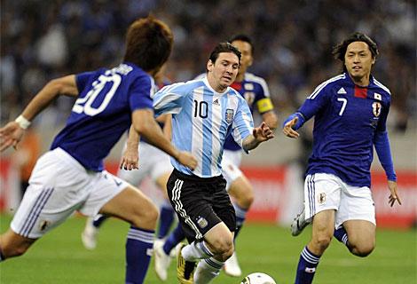 Lionel Messi lucha por la pelota contra Yasuhito Endo y Yuzo Kurihara de Japón. | Afp