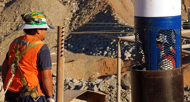 Pruebas con una de las cápsulas que subirán a los mineros. | Efe