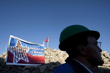 Cartel de apoyo a los mineros en la mina San José. | Efe