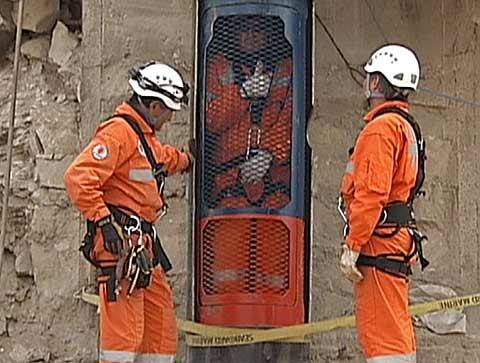 Los rescatadores prueban la cápsula en la que sacarán a los mineros chilenos.   Afp