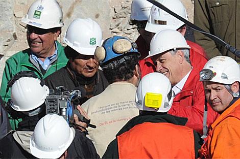 Morales, segundo por la izquierda, tras el rescate del chileno Galleguillos.   AFP