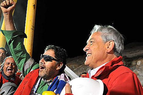 Luis Urzúa junto al presidente Sebastián Piñera tras salir de la mina. | Efe