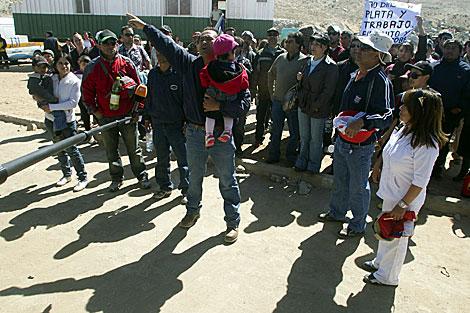 Cientos de obreros del yacimiento reclaman trabajo y dinero.   Efe