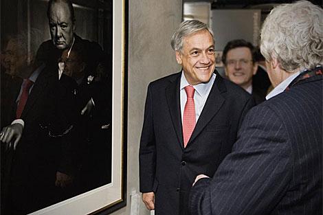 Piñera (i) junto a un retrato de Winston Churchill en Londres.   Reuters