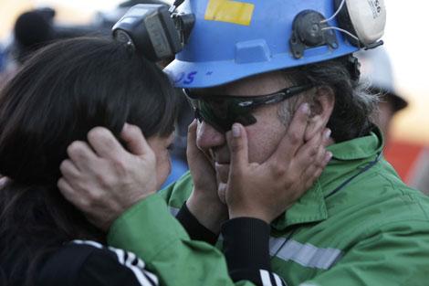 Franklin Lobos a su hija al salir de la mina. I Reuters