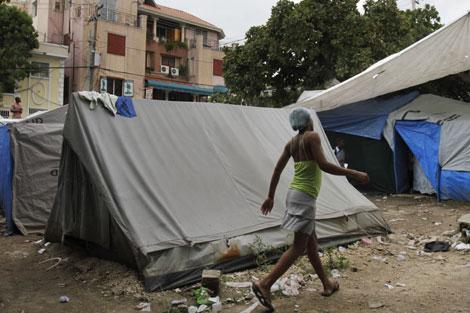 Una mujer camina por un campo de refugiados de Puerto Príncipe. I AP