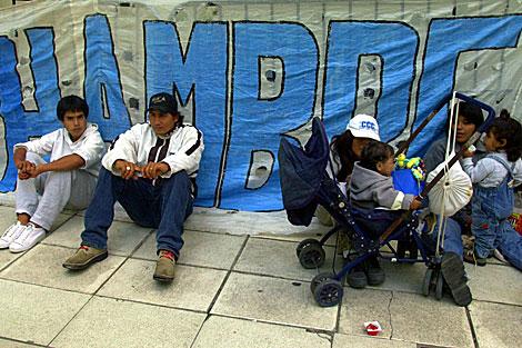 Una personas protestan por la situación del hambre en Argentina. | Archivo