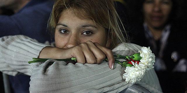 Una mujer aguarda frente a la Casa Rosada para dar su último adiós a Néstor Kirchner.   EFE