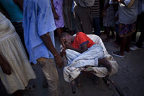 Un niño con síntomas de cólera espera para ser atentido en el hospital St. Catherine. | AP