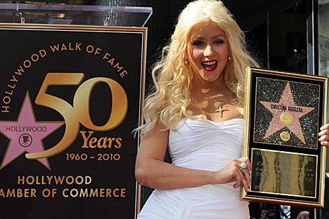Christina Aguilera portando su estrella.  AFP