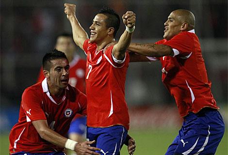 Alexis Sanchez celebra con Mauricio Isla y Humberto Suazo su gol contra Uruguay.   Ap