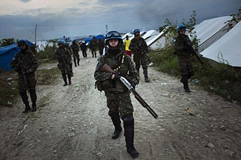 Cascos azules de la ONU vigilan los campamentos. | Emilio Morenatti