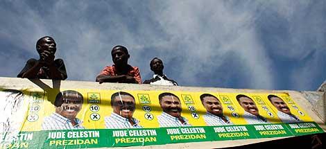 Seguidores de Celestin junto a sus carteles electorales. | Efe