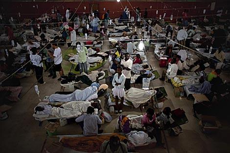 Enfermos de cólera en un hospital de campaña en Cabo Haitiano.   AP