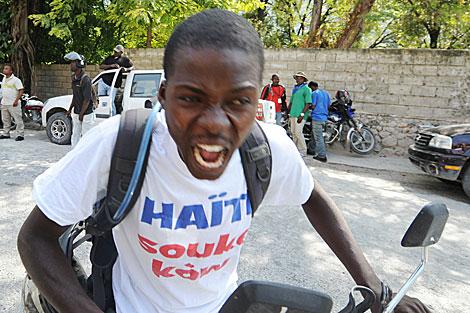 Un haitiano insulta por los supuestos fraudes electorales. | AFP