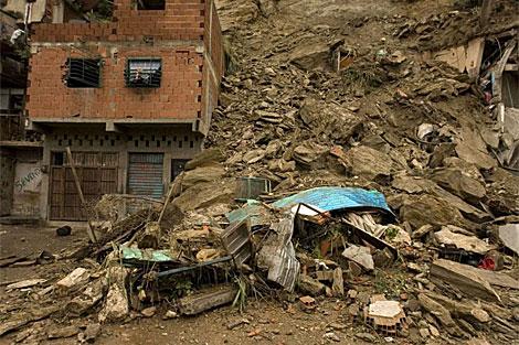 Aspecto de los daños provocados por un deslizamiento de tierra en el sector La Chivera. | Efe