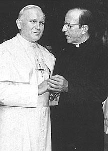 El Papa Juan Pablo II junto a Marciel.   Archivo