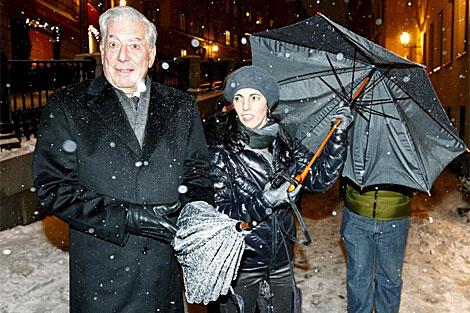 Vargas Llosa el domingo en Estocolmo junto a su hija Morgana. | Efe